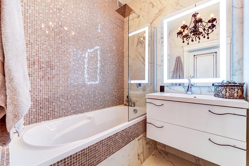 Торжественность ванной комнате придаёт чёрная люстра с лампочками-свечками и хрустальными подвесками