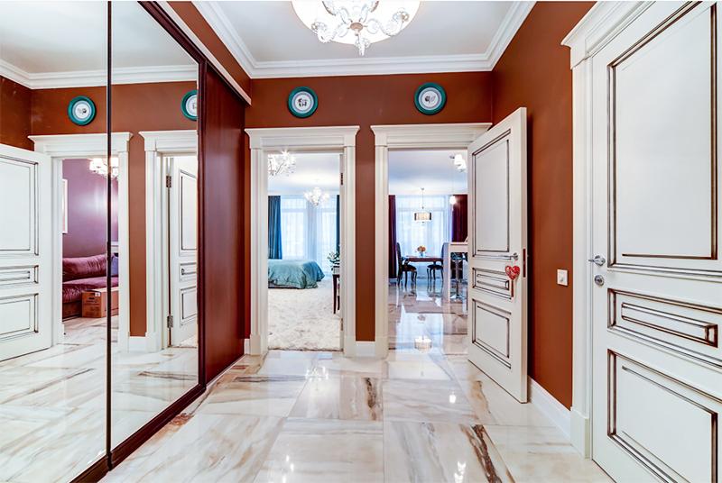 В холле установили шкаф-купе и зеркальными дверьми, визуально расширяющими пространство