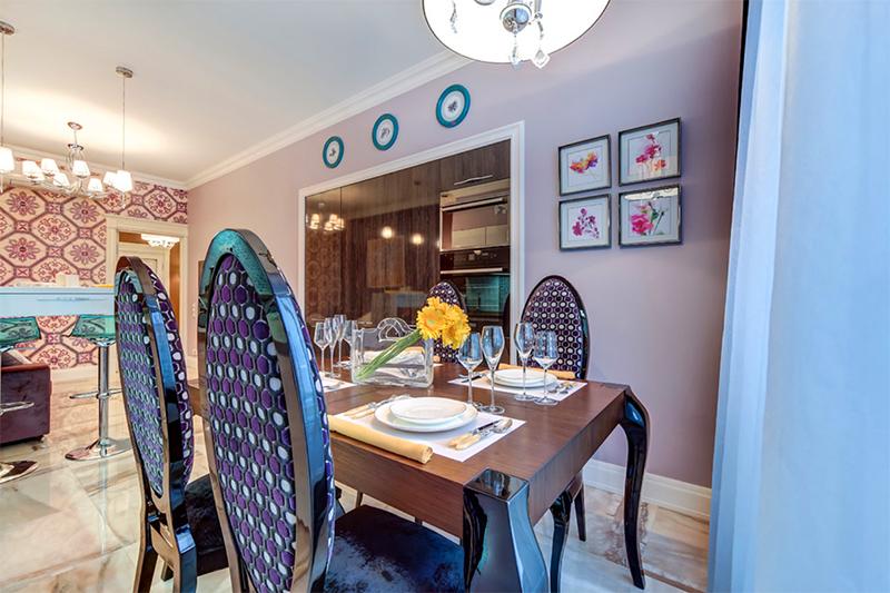 Стены кухонной зоны украшают паспарту с изображением ярких цветов