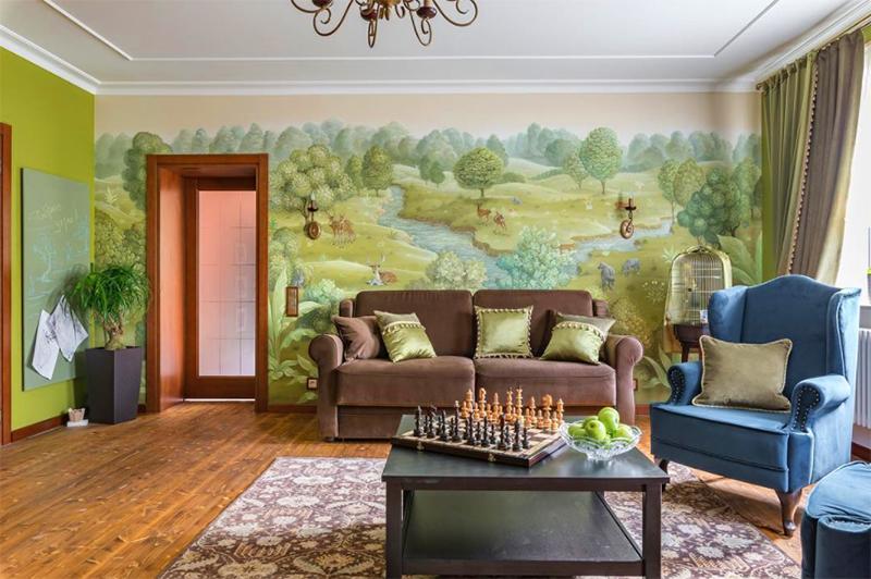 Фреска на стене похожа на волшебный лес со сказочными жителями