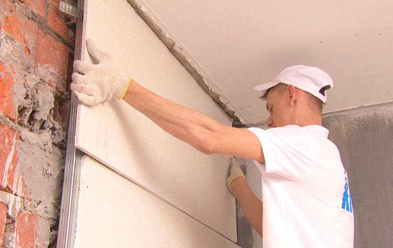 Выравнивание стен гипсокартоном даёт идеальный результат за сравнительно короткое время. В качестве бонуса вы получите тепло- и шумоизоляцию помещения