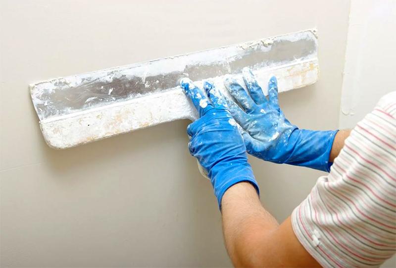 Шпаклёвка состоит из двух слоёв: стартового и финишного. После двухкратного нанесения поверхность шлифуется