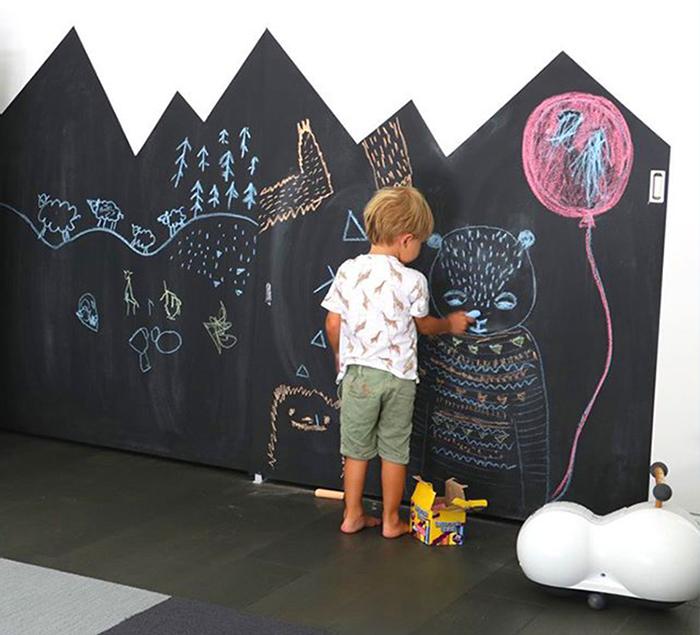 Предложите детям легальным способ проявить своё творчество. Если выкрасить стену в комнате грифельной краской – то пусть они рисуют на здоровье