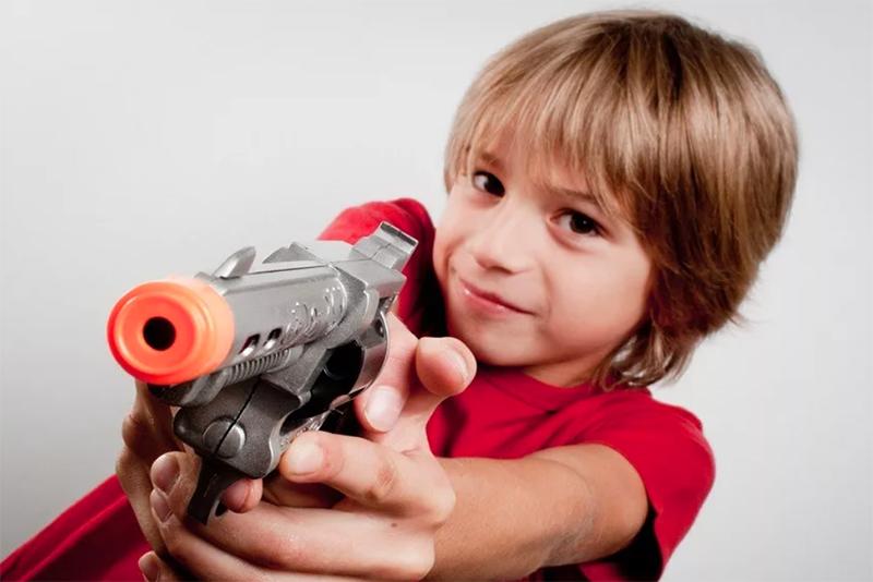 С натяжным потолком вам придётся лишить своих детей игрушек, которые стреляют пульками или шарами