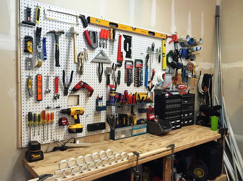 Самый простой вариант, с которым могут справиться буквально все – разместить инструменты на перфорированных панелях. Тут и порядок и вполне приличный вид гарантирован