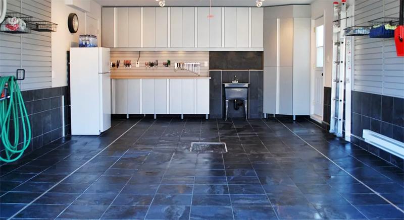 Даже если вы просто уложите керамическую плитку – решите сразу две проблемы: с уборкой и эстетикой. Подбирайте практичную прочную плитку