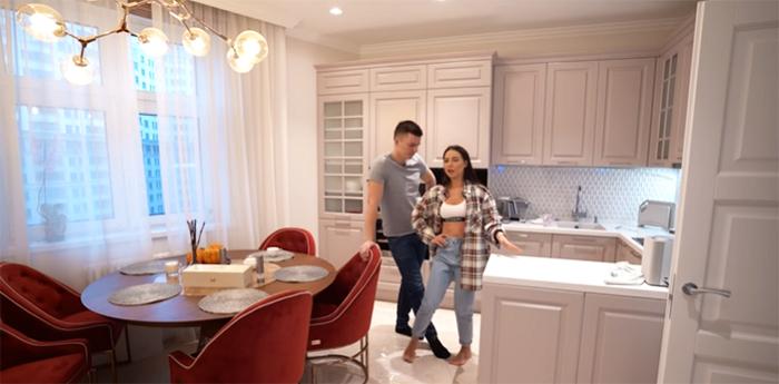 На кухне Лерчик и вся семья также проводят много времени – здесь хозяйка квартиры готовит свои фирменные завтраки