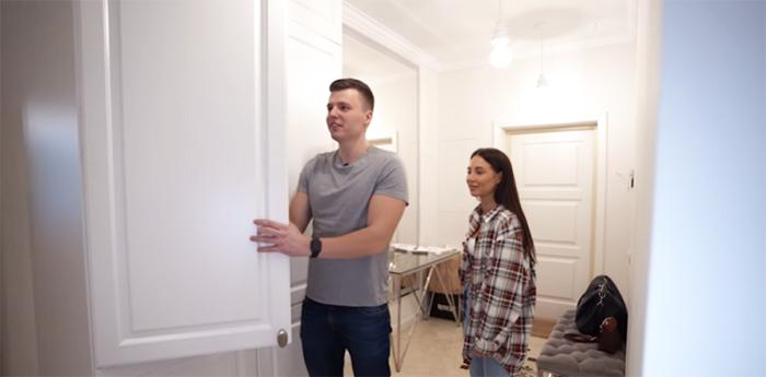 В квартире размещено много больших шкафов, чтобы Валерии было где хранить многочисленные наряды