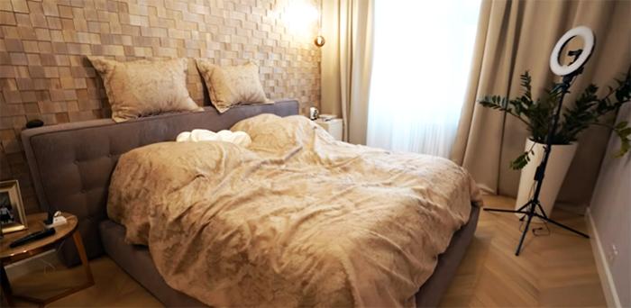 Стена за изголовьем кровати оформлена необычными плиткамт неправильной формы