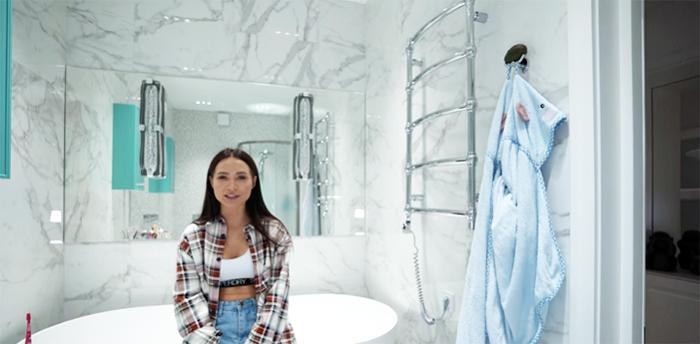 В своей ванной Валерия не только ухаживает за собой, но и тестирует косметику собственного производства