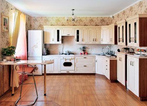 Особое внимание уделялось кухне, было решено приобрести простую мебель из светлого дерева. Это дорогой итальянский гарнитур. Несмотря на то что он роскошно смотрится в интерьере, за ним требуется постоянный уход, ведь на белом очень хорошо заметна любая грязь и пыль