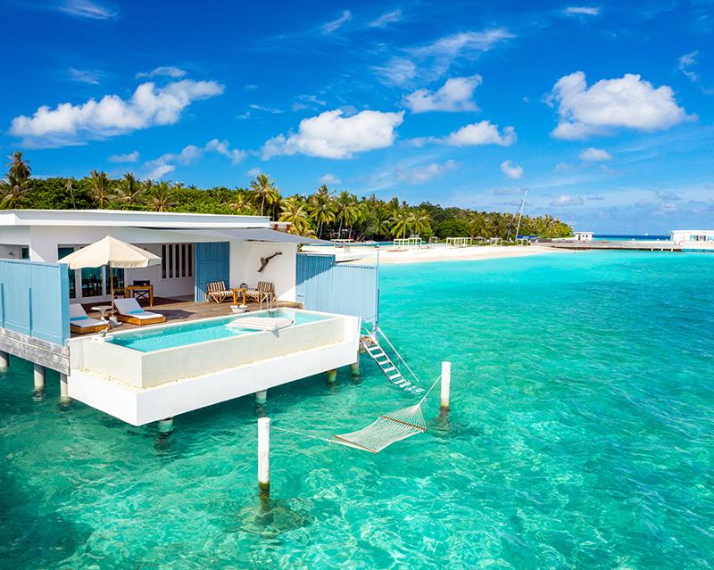Для мастер-класса выбрано потрясающее место – ресторан с белоснежными стенами, столами и стульями, лазурно-голубая вода и легкий бриз с моря. Обстановка располагает к кулинарному творчеству