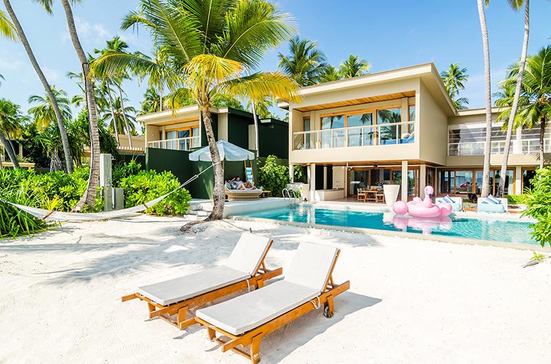 Зона отдыха возле отеля и ресторана оборудована на высшем уровне: есть удобные лежаки, гамаки, а самое главное – постояльцы смогут гулять до пляжа и обратно по мелкому белому песочку