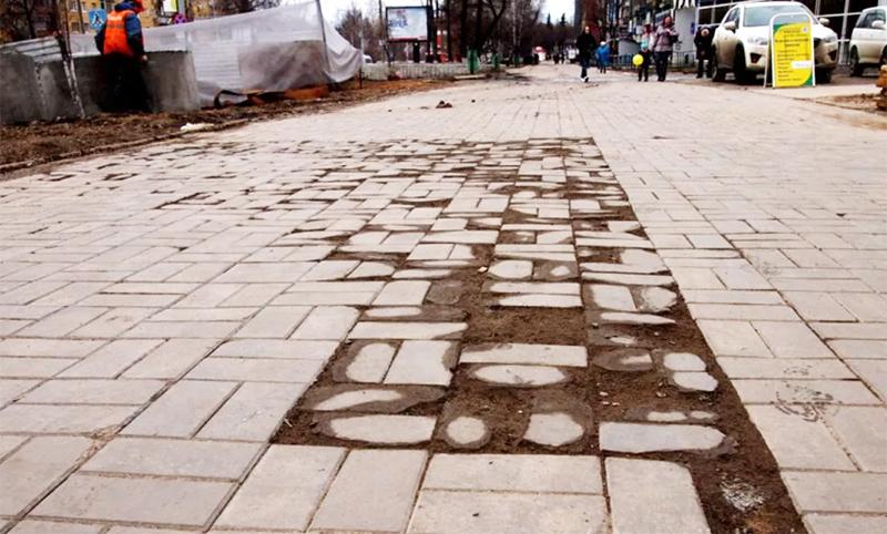 Так год за годом безобидный дождь «поедает» бетон, оставляя после себя лишь неприглядные объедки