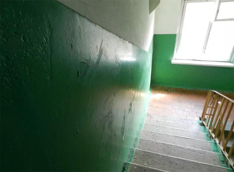Именно по этой причине стены на полтора метра в высоту красили масляной краской – она особо не пачкается и хорошо моется