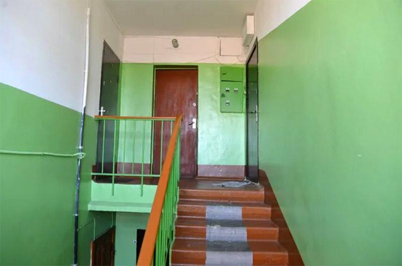 Стены выше и потолки подъездов покрывали побелкой – тоже самый простой выход для периодического ремонта, плюс узкие лестничные площадки казались светлее и выше благодаря такому дизайну