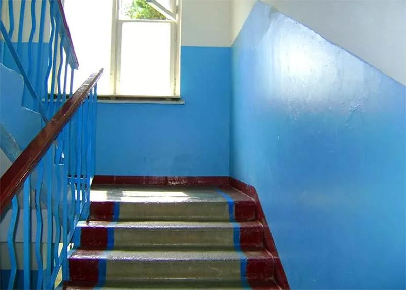 Ступени в советских подъездах были, как и панельные стены, железобетонными, так что сносу им почти не было. Это сейчас, когда домам уже лет по 50–70, ступеньки начали протираться по центру, образуя едва заметную выемку