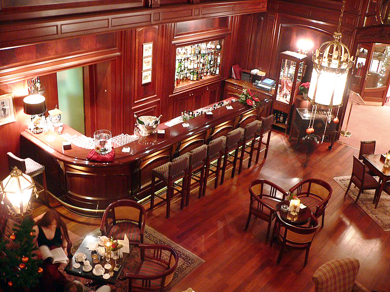 В зале и барная стойка, и обычные столики