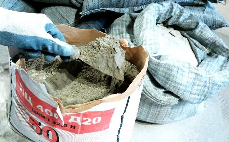 Купить материал можно практически везде, а заливать его довольно просто