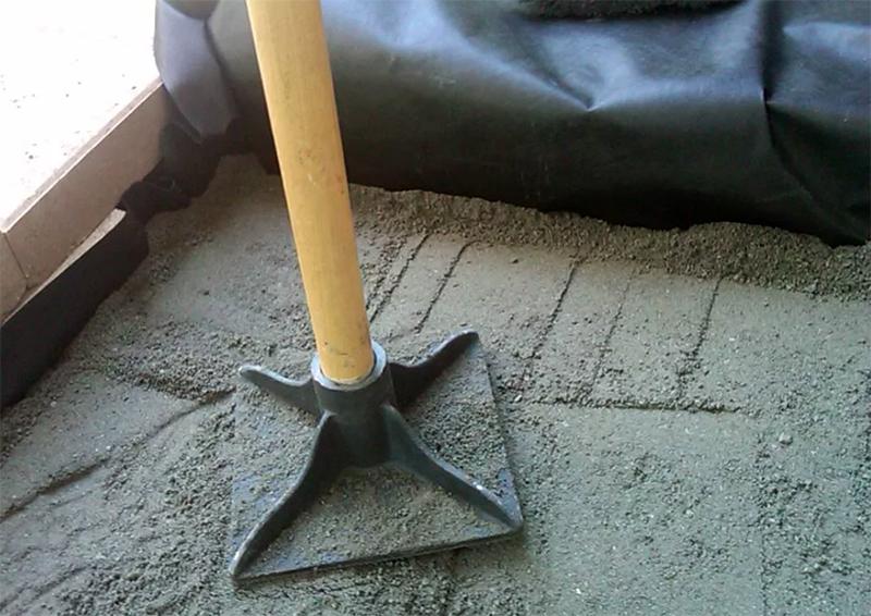 После засыпки песчано-гравийную подушку проливают водой из лейки и утрамбовывают