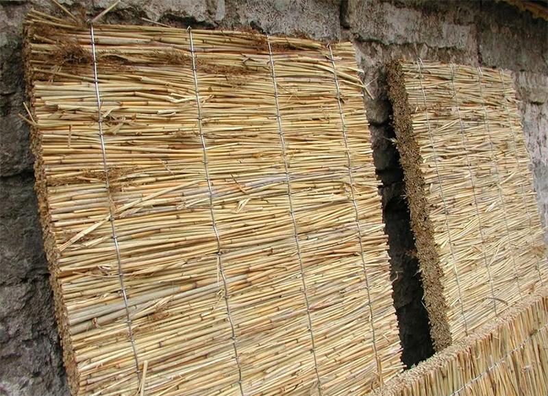 Камышитовые маты – это старинный материал для утепления, к тому же дешёвый и эффективный, но нуждается в гидроизоляции и защите от грызунов