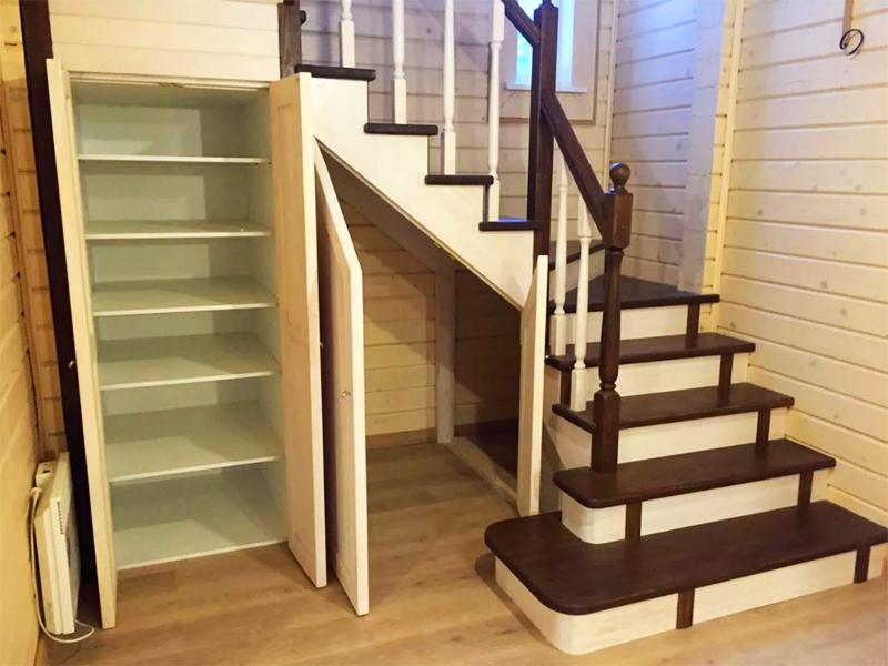В целом этот вариант значительно экономит место, а площадь под лестницей можно превратить в шкаф для хранения или кладовую для инвентаря