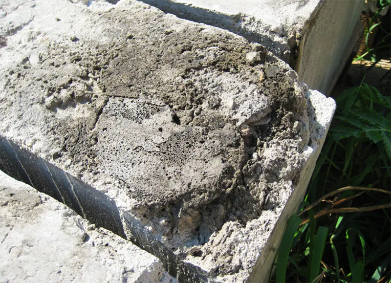 Вода внутри этого строительного материала в сильные морозы превращается в лёд со всеми вытекающими последствиями