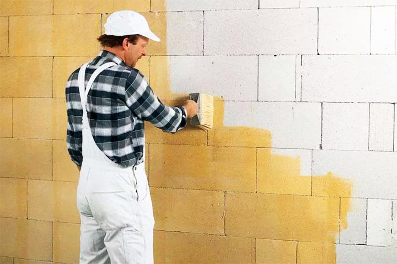 Да, хлопотно, но только такая обработка позволит вам сохранить стены сухими и избежать их разрушения впоследствии