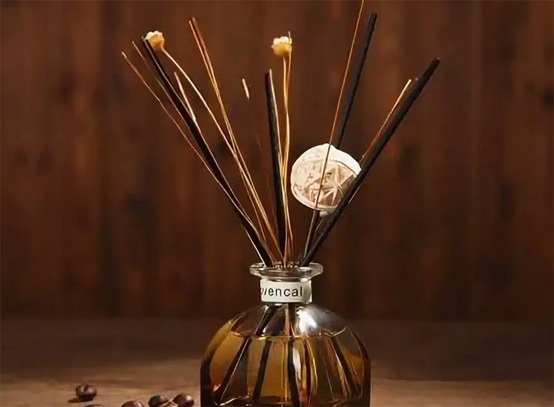 Если запах слишком яркий, достаточно уменьшить количество палочек во флаконе. Работает диффузор как минимум три месяца, это очень удобно