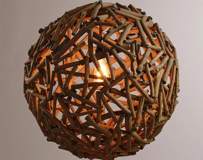Можно сделать абажур из палочек – отрезков веток размером примерно в 10 см