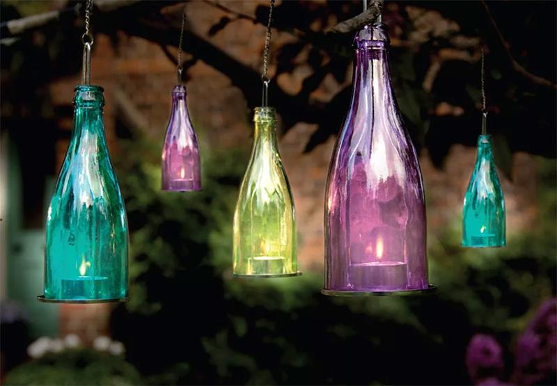А вот чтобы сделать такие светильники из бутылок, придётся повозиться: обрезать дно