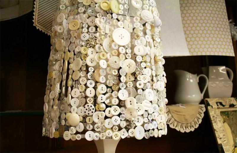 А можно собрать пуговицы на нитки и позволить им свободно свисать, обрамляя лампу