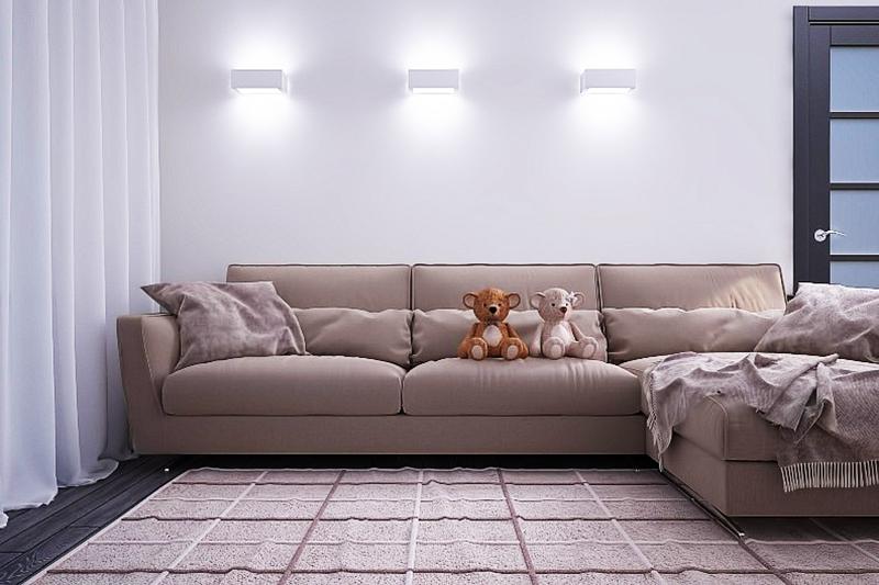 Даже самые примитивные светильники с направленным вниз и вверх лучом могут сделать стену акцентной