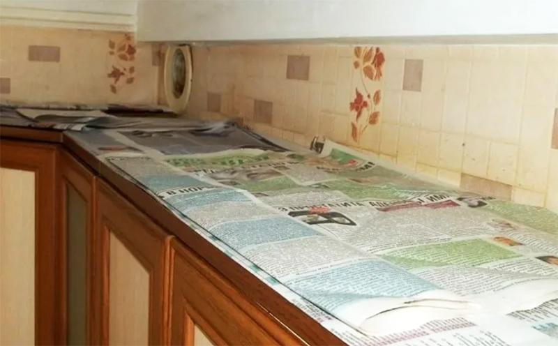 А чтобы свести усилия по уборке этой части к минимуму, стелите на верх полок плёнку или газеты. Потом просто снимете этот слой и не надо карабкаться с тряпкой