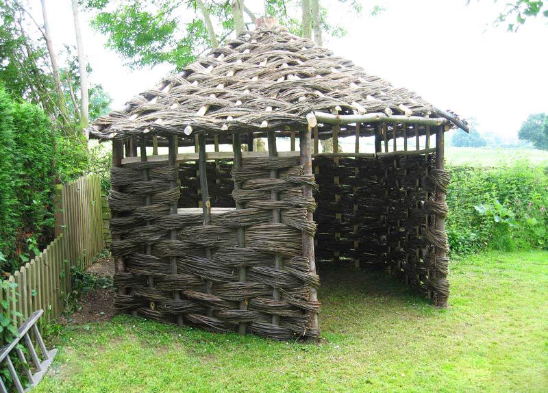 Переплетайте как корзину – и вы получите конструкцию, в которой есть стены. А уж крышу можно сделать и из соломы