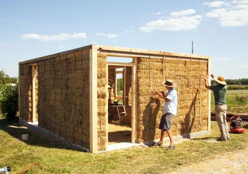 Чтобы защитить солому от непогоды, снаружи и внутри стены нужно оштукатурить