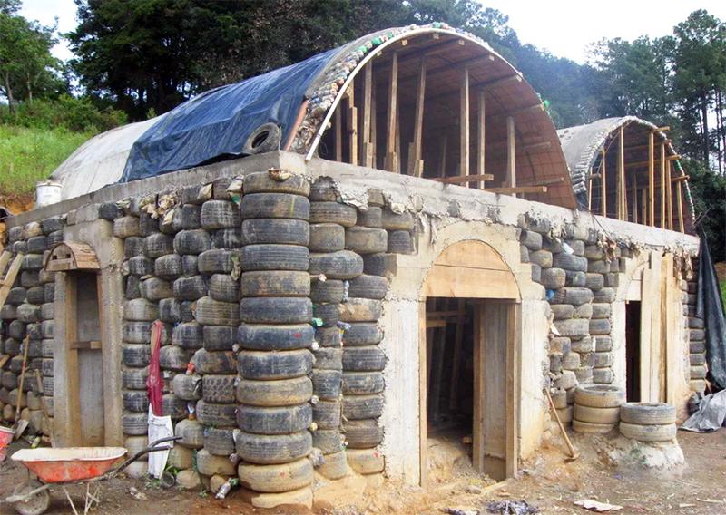 Из шин в Африке строят настоящие жилые дома, а уж сарайчик точно можно соорудить