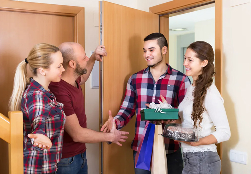 Хотя, к слову сказать, многие покупатели квартир сначала выясняют, кто соседи, а потом решаются на покупку. Ведь очень часто бывает, что причинами затопления или даже пожара становятся именно неблагополучные жильцы по соседству